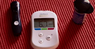 A blood glucose testing device