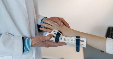applying hand splints